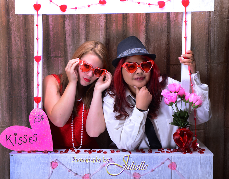 best friends kissing booth